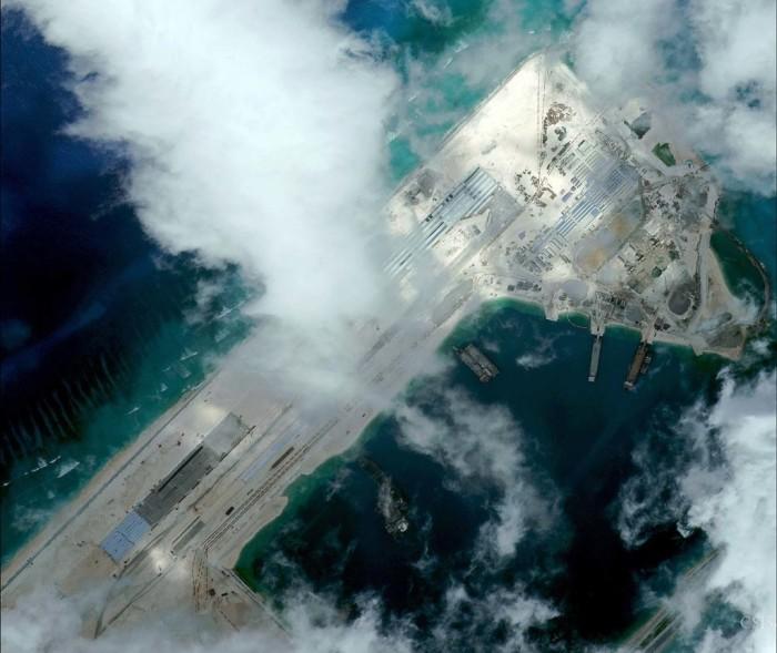 Hình ảnh mới nhất về đường bay đang được xây dựng trên đảo nhân tạo ở bãi Chữ Thập. Ảnh ngày 11 tháng 4 năm 2015. Nguồn: CSIS Asia Maritime Transparency Initiative/DigitalGlobe
